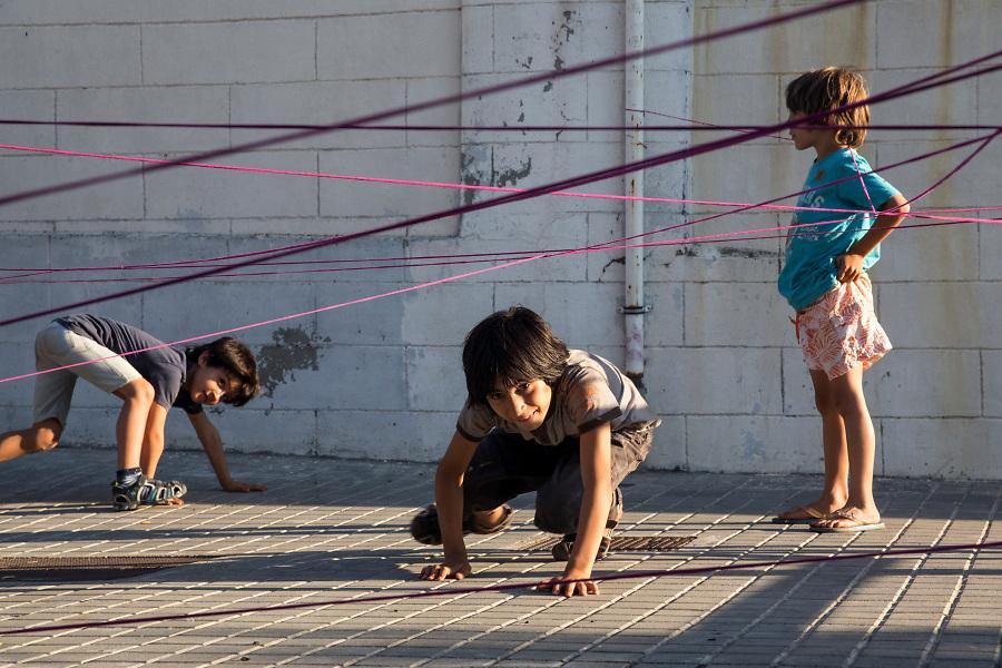 /ES/ Los niños del barrio suelen jugar en la calle.