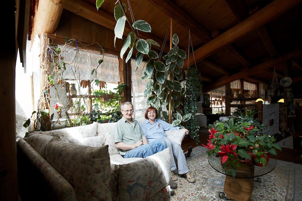 Tenno (TN) -  Il vasaio Eugenio Pachner e la moglie Claudia Ceretti nella loro casa a Canale.