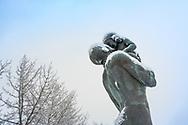 ÖSTERSUND 20191226<br /> Statyn Far och Son i Badhusparken i Östersund på Annandag jul.<br /> <br /> Foto: Per Danielsson/Projekt.P
