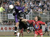 Fotball<br /> Frankrike 2003/04<br /> 2. divisjon<br /> Istres v Valence<br /> 16. mai 2004<br /> Foto: Digitalsport<br /> NORWAY ONLY<br /> <br /> YOHANN RIVIERE (IST) / NICOLAS ARDOUIN / LUCIANO MAZZINA (VAL)