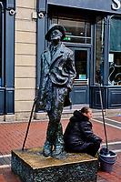 Irlande, Dublin, Earl Street, la statue du célèbre écrivain James Joyce // Republic of Ireland, Dublin, Bronze statue of James Joyce on North Earl Street