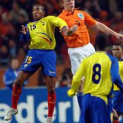 NLD/Amsterdam/20060301 - Voetbal, oefenwedstrijd Nederland - Ecuador, Marlon Ayovi en Dirk Kuyt in kopduel