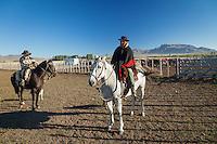 PEONES Y GANADO VACUNO HEREFORD EN UN CORRAL, ESTANCIA LELEQUE, PROVINCIA DEL CHUBUT, ARGENTINA (PHOTO © MARCO GUOLI - ALL RIGHTS RESERVED)