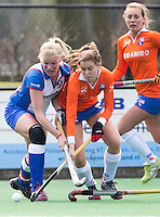 BLOEMENDAAL - Pien Tol (m)  van Bloemendaal in duel met Suzanne Meijering, aanvoerder van HC Zwolle <br />  tijdens de overgangsklasse competitiewedstrijd hockey tussen de vrouwen van Bloemendaal en Zwolle (2-0). COPYRIGHT KOEN SUYK
