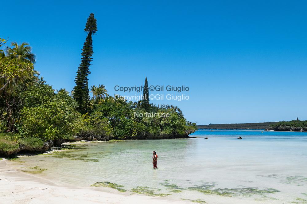 Nouvelle Calédonie, Îles Loyauté, ile de Lifou (aussi île Drehu ), côte sud de l'île, baie et plage de Luengoni // New Caledonia, French Pacific territory, Loyalty islands, Lifou island ( also called Drehu island), south side of island, bay and beach of Luengoni