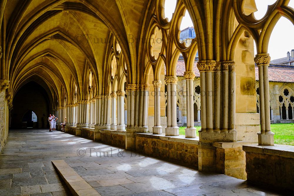 France, Pyrénées-Atlantiques (64), Pays Basque, Bayonne, la cathédrale Sainte-Marie ou Notre-Dame de Bayonne, et le cloitre // France, Pyrénées-Atlantiques (64), Basque Country, Bayonne, the Sainte-Marie cathedral or Notre-Dame de Bayonne, built in the 13th and 14th centuries, characteristic of the Gothic style