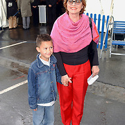 NLD/Rotterdam/20050603 - Premiere Cirque du Soleil Dralion, Nelleke van der Krogt en kleinkind