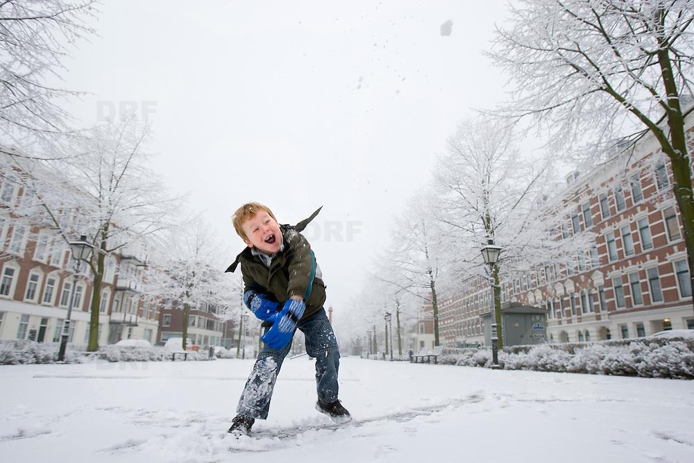 Nederland Rotterdam 21 december 2007 ..Kinderen spelen in de sneeuw op het Noordereiland. jongetje gooit sneeuwbal ..Foto David Rozing
