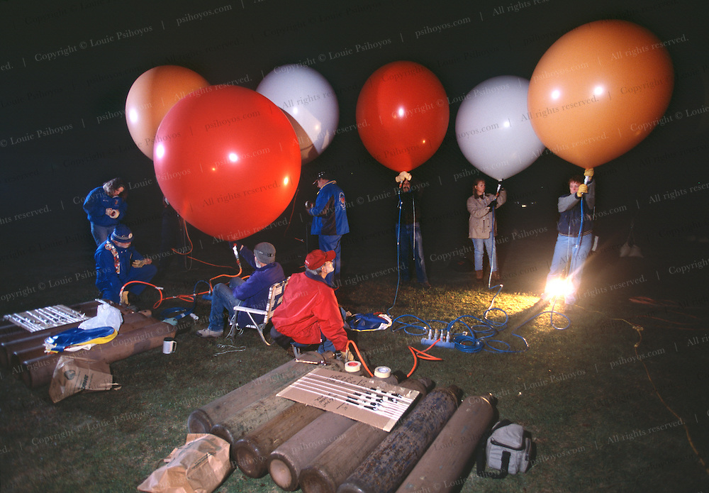 John Ninomiya, a cluster balloonist gets help from voluteers at Coalinga, California.  Ninomiya uses 4ft balloons and 7ft balloons - these are the 4 footers
