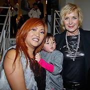 NLD/Amsterdam/20101122 - Inloop 10 jarig jubileum Cybersalon, eigenaresse Angela Riksten met dochtertje en Inge Ipenburg