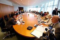 21 SEP 2005, BERLIN/GERMANY:<br /> Uebersicht Kabinettstisch, erste Kabinettsitzung nach der Budnestagswahl, Bundeskanzleramt<br /> IMAGE: 20050921-01-023<br /> KEYWORDS: Sitzung, Kabinett, Tisch, Kabinettssaal, Übersicht