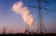 Nederland, Maasvlakte bij Rotterdam, 18 febr 2008.Electriciteitscentrale van Eon op de maasvlakte stoot grote hoeveelheden stoom uit..Rokende schoorsteeen.Foto (c) Michiel Wijnbergh