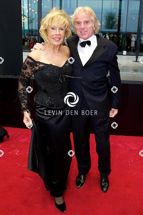 AMSTERDAM - Wereldpremière Anne in het Theater Amsterdam. Diversen Bekende Nederlanders kwamen over de rode loper naar deze voorstelling. Met hier op de foto Joke Bruijs en Boris Bayer. FOTO LEVIN DEN BOER - PERSFOTO.NU