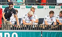 AMSTELVEEN -  Coach Alexander Cox (Amsterdam) met rechts Floris Middendorp (Amsterdam)  tijdens de hockey hoofdklasse competitiewedstrijd  heren, Amsterdam-HC Tilburg (3-0).  COPYRIGHT KOEN SUYK