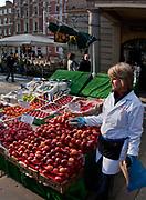 Londyn 2009-03-05. Covent Garden Market - stoisko w owocami