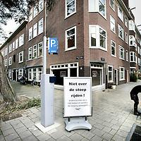 """Nederland, Amsterdam , 21 oktober 2009..Bord met toegangsweigering coffeehop """"Bij"""" indien klanten met brommers of scooters over de stoep rijden op het Bonaireplein..The sign says: forbidden to cycle on the sidewalk, or else... no access."""
