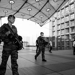 mardi 13 septembre 2016, 8h39, La Défense. Militaires du 13ème Régiment du Génie patrouillant au milieu des travailleurs sous la grande Arche de la Défense.