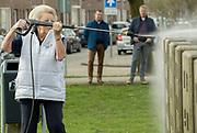 Prinses Beatrix doet vrijwilligerswerk bij Speeltuin Kloosterplantsoen in het kader van NLDoet. Leden van het koninklijk huis zetten zich in tijdens de nationale vrijwilligersactie.<br /> <br /> Princess Beatrix does volunteer work at Playground Monastery parking facilities under NLDoet. Members of the royal family committed during the national volunteer action.