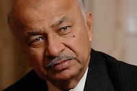 10 NOV 2006, BERLIN/GERMANY:<br /> Shri Sushil Kumar Shinde, Minister für elektrische Energie Indien, waehrend einem Interview, Residenz des Indischen Botschafters in Berlin<br /> IMAGE: 20061110-01-002<br /> KEYWORDS: Energieminister