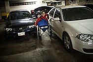 Zarevitz Camacho pasa entre dos carros en el estacionamiento de su edificio ubicado en Caracas. 08 de mayo de 2014. (Foto/Ivan Gonzalez)