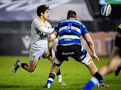 Jacob Umaga of Wasps passes the ball - Mandatory by-line: Andy Watts/JMP - 08/01/2021 - RUGBY - Recreation Ground - Bath, England - Bath Rugby v Wasps - Gallagher Premiership Rugby