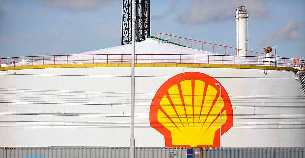Nederland, Rotterdam, 15-9-2012Opslagtank voor olie op het bedrijfsterrein van Shell.Rotterdam is in Europa de grootste importhaven en een van de grootste ter wereld voor overslag en raffinage van ruwe olie.  De aangevoerde olie wordt voor ongeveer de helft gebruikt door raffinaderijen van Shell, BP, Esso, Exxon Mobil, Kuwait Petroleum, en Koch. De rest wordt per pijpleiding naar Vlissingen, Belgie en Duitsland overgeslagen.Foto: Flip Franssen/Hollandse Hoogte