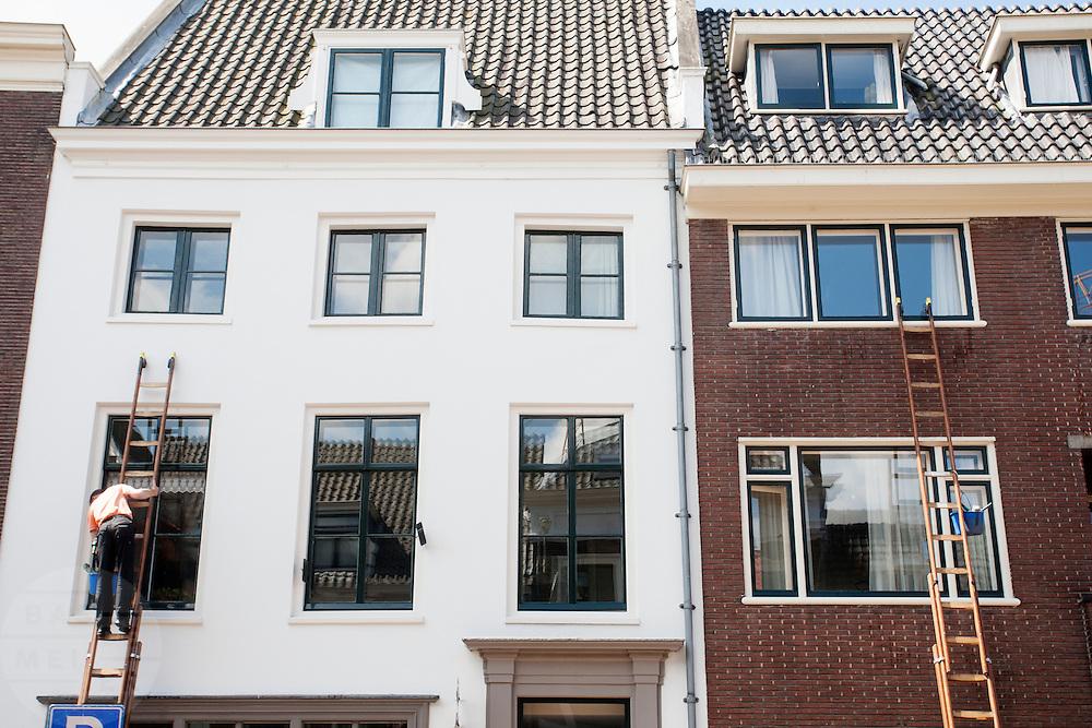 Glazenwasser aan het werk in de Lange Nieuwstraat in Utrecht.<br /> <br /> Window cleaners at work.