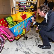 NLD/Amsterdam//20170410 - Free a Girl Celebrity Night, Jeroen Nieuwenhuize signeert bakfiets