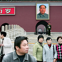 China,Beijing ,12 maart 2008..Chinese toeristen fotograferen elkaar voor het portret van voormalige Communistische leider Mao Zedong dat hangt aan de voorzijde van De Verboden Stad.