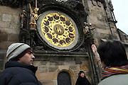 Touristen auf dem Altstädter Ring vor dem Altstädter Rathaus (Staromestska radnice) mit einem Teil der Aposteluhr (Orloj). Diese wurde gegen Ende des 15. Jahrhunderts vom Astronomen Magister Hanusch vollendet. <br /> <br /> Tourists in front of one part of the Prague Astronomical Clock (Orloj) on the southern wall of the Old Town City Hall and the Old Town Square.