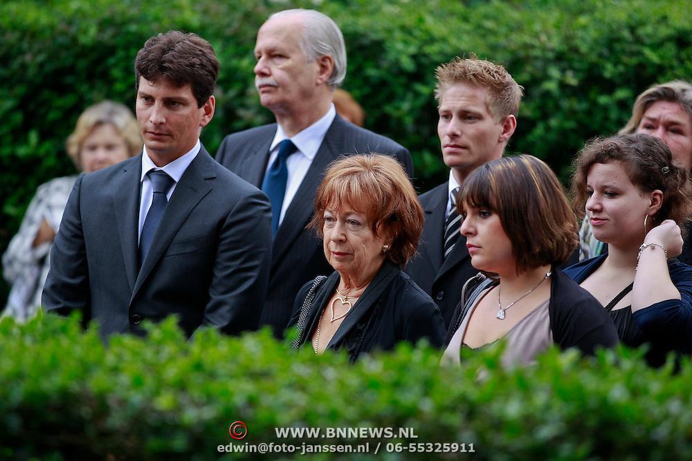 NLD/Blaricum/20110607 - Uitvaart Willem Duys, partner Mary en kinderen, familie