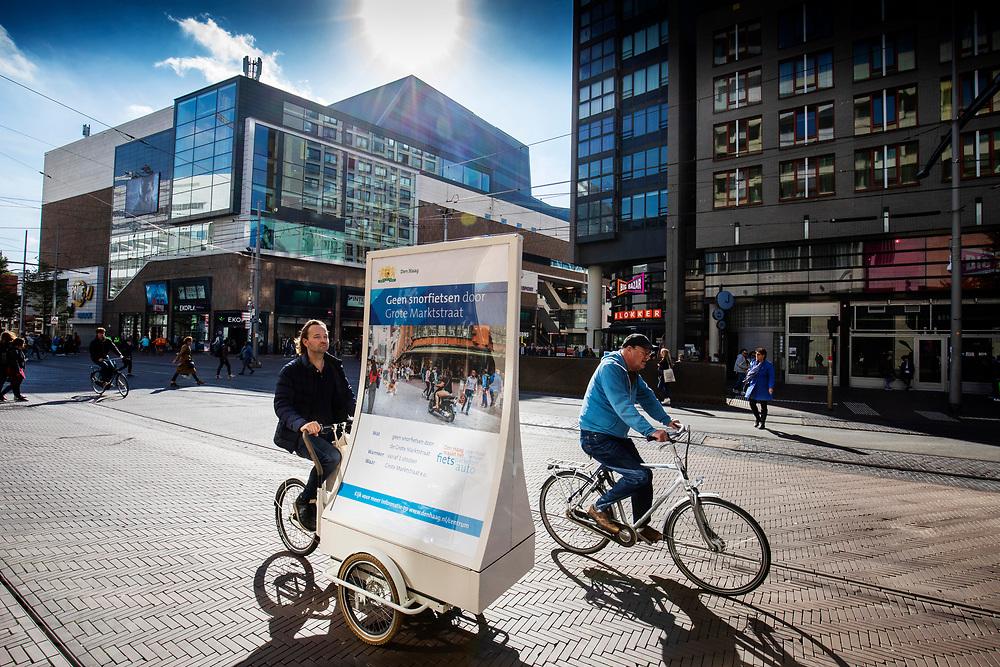 Nederland, Den Haag, 26-09-2018<br /> In Den Haag rijden fietsers door het centrum.<br /> <br /> In The Hague cyclists ride at the city center.<br /> Foto: Bas de Meijer / De Beeldunie