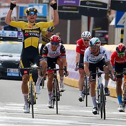 28-03-2021: Wielrennen: Gent-Wevelgem: Wevelgem. <br />Gent-Wevelgem 2021 is gewonnen door Wout van Aert. De kopman van Jumbo-Visma was na bijna 250 kilometer koers als eerste aan de finish in Wevelgem. Hij won de sprint van een kopgroep van zeven