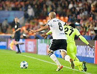 Valencia's Sofiane Feghouli and KAA Gent's Moses Simon during Champions league match. October 20, 2015. (ALTERPHOTOS/Javier Comos)