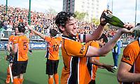 EINDHOVEN - OZ aanvoerder Robert van der Horst met de champagne na de finale play off wedstrijd tussen de mannen van Oranje-Zwart en Bloemendaal. OZ wint de titel. ANP KOEN SUYK