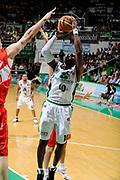 DESCRIZIONE : Siena Lega A 2008-09 Playoff Finale Gara 2 Montepaschi Siena Armani Jeans Milano<br /> GIOCATORE : Romain Sato<br /> SQUADRA : Montepaschi Siena<br /> EVENTO : Campionato Lega A 2008-2009 <br /> GARA : Montepaschi Siena Armani Jeans Milano<br /> DATA : 12/06/2009<br /> CATEGORIA : tiro<br /> SPORT : Pallacanestro <br /> AUTORE : Agenzia Ciamillo-Castoria/G.Ciamillo