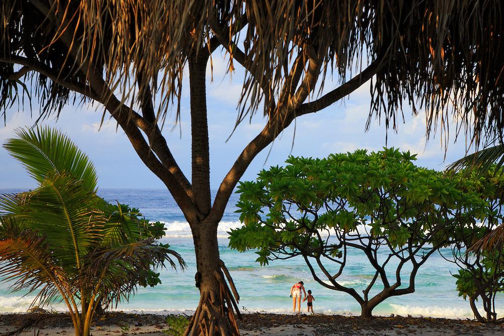 Madre e hijo disfrutando de la playa, Rangiroa, Archipiélago Tuamotu, Polinesia Francesa