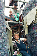 Florin Botoc à 7 ans en 1993 à l'orphelinat de Popricani. Florin a été abandonné à la naissance.  <br /> <br /> Florin Botoc (bottom) at 7 in 1993 at the Casa de copii in Popricani in 1993.