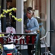 Gisela Otto, vriendin Fred Reuter, winkelend in Laren