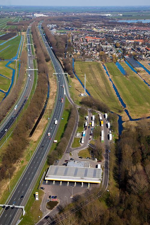 Nederland, Zuid-Holland, Reeuwijk, 20-03-2009. Verzorgingsplaats De Andel aan snelweg A12 bij Gouda, met tankstation en geparkeerde vrachtauto's. De A12 is zeer ruim opgezet en heeft aparte rijbanen. Portalen boven de weg voorzien van matrixborden en ANWB-borden sturen het verkeer. Fuel station on the motorway A12 with parked trucks. The A12 is very spacious and has separate lanes. Matrix signs and ANWB signs guide the traffic..Swart collectie, luchtfoto (toeslag); Swart Collection, aerial photo (additional fee required); .foto Siebe Swart / photo Siebe Swart
