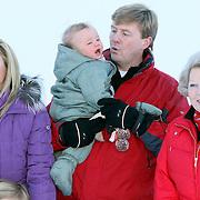 AUT/Lech/20080210 - Fotosessie Nederlandse Koninklijke familie in lech Oostenrijk, Koninging Beatrix, prins Willem-Alexander met partner prinses Maxima en kinderen Alexia, Ariane