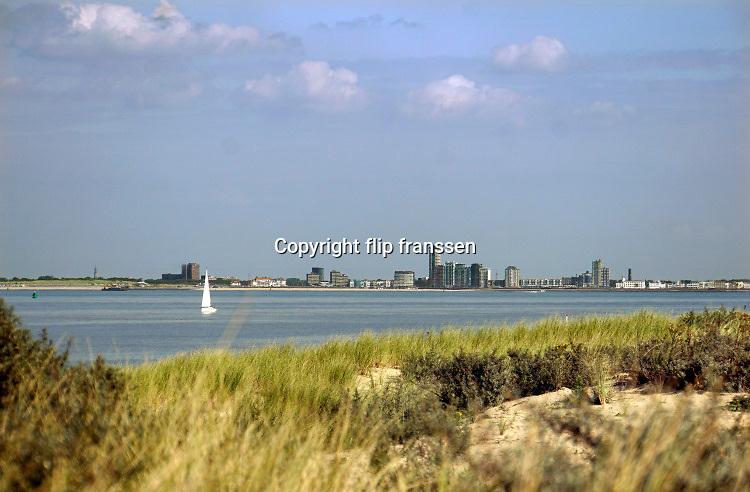 Nederland, Zeeland, Groede, 10-9-2019 Vlissingen in de achtergrond aan de overkant van de westerschelde . Panorama vanuit de duinen van Zeeuws Vlaanderen .Foto: Flip Franssen