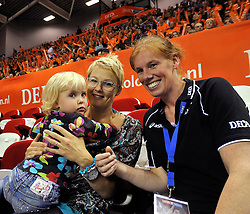 18-09-2011 VOLLEYBAL: DELA TROPHY NEDERLAND - TURKIJE: ALMERE<br /> Nederland wint met 3-0 van Turkije en wint hierdoor de DELA Trophy / Riette Fledderus met haar dochtertje en Jettie Fokkens<br /> ©2011-FotoHoogendoorn.nl