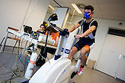 Jos is bezig met de VO2max meting om het zogenaamde omslagpunt te bepalen. Bij de VU in Amsterdam worden testen gedaan met potentiele renners voor de VeloX VI. In september wil het Human Power Team Delft en Amsterdam, dat bestaat uit studenten van de TU Delft en de VU Amsterdam, tijdens de World Human Powered Speed Challenge in Nevada een poging doen het wereldrecord snelfietsen te verbreken. Het record is met 139,45 km/h sinds 2015 in handen van de Canadees Todd Reichert.<br /> <br /> With the special recumbent bike the Human Power Team Delft and Amsterdam, consisting of students of the TU Delft and the VU Amsterdam, also wants to set a new world record cycling in September at the World Human Powered Speed Challenge in Nevada. The current speed record is 139,45 km/h, set in 2015 by Todd Reichert.