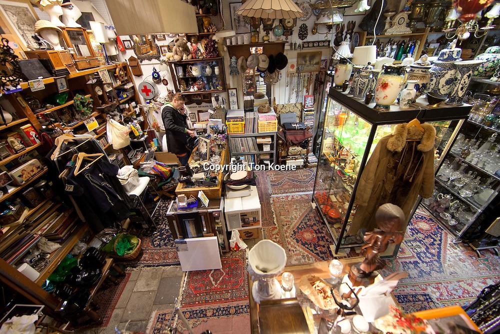 Roeland werkt in Pandora, een tweede hands winkel waar van alles te koop is. Pandora is onder deel van het culturele 'rondje dort' dat vooral langs cultuur historische panden en ateliers in de oude binnenstad leidt. junk shop in Holland
