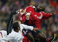 Fotball<br /> UEFA Champions League 2003/2004<br /> 05.11.2003<br /> Foto: Digitalsport<br /> Norway Only<br /> <br /> v.l. Gregory Coupet - Sammy Kuffour Bayern<br /> Champions League FC Bayern München - Olympique Lyon