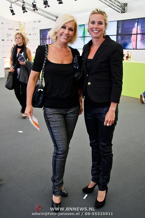 NLD/Amsterdam/20100716 - Inloop modeshow Monique de Collignon bij de AIF, Tanja Jess en vriendin