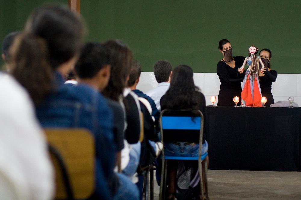 Jeceaba_MG, Brasil...Apresentacao teatral para a comunidade em Jeceaba, Minas Gerais...The theater presentation for the community in Jeceaba, Minas Gerais...Foto: VICTOR SCHWANER / NITRO