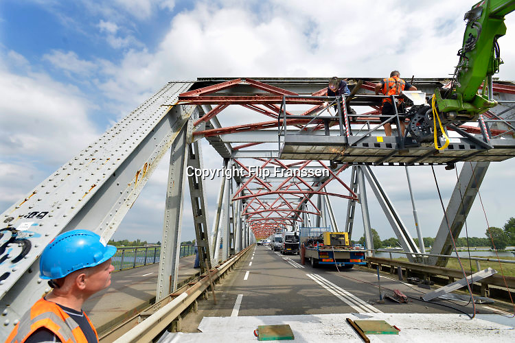 Nederland, Grave, 28-8-2016Reparatie aan de brug bij Grave. Er is een vrachtwagen tegenaan gereden en die heeft de structuur van de brug beschadigd.Foto: Flip Franssen