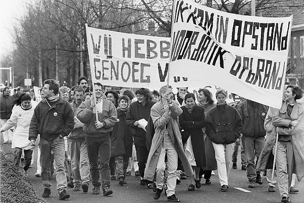Nederland, Nijmegen, 16-3-1989Verpleegkundigen demonstreren voor betere beloning bij een partij bijeenkomst van het CDA waar premier Ruud Lubbers, minister Elco Brinkman en minister de Koning aanwezig zijn.Foto: Flip Franssen/Hollandse Hoogte